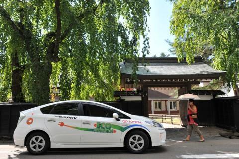 EVモードで静かに走るプリウスPHVはGazooMuraの風景に良くマッチする