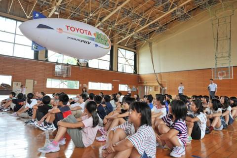 大仙市立花館小学校で今年初めての「トヨタ飛行船エネルギー教室」が行われた