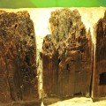 出土した木柵(30cm角の杉材)右の穴は上流からいかだを組んで運ぶ際ひもを通した痕跡