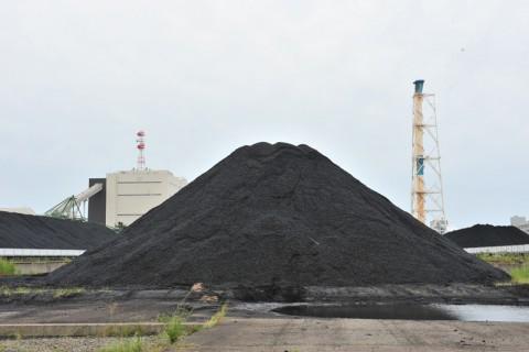 富士山のように積み上げられた石炭