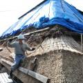 茅葺き屋根の葺き替え作業