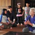 遊び方を教えるまぶりっとのおばあちゃん