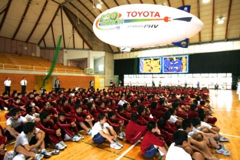 生徒たちの頭上を飛ぶ「エコミッション号」