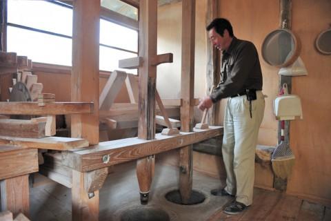 蕎麦粉を挽く水車小屋内部