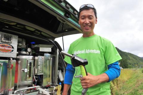 ランクルに搭載した超小型BDF精製機を見せてくれた山田周生さん