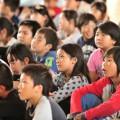 五大陸の話を真剣に聴く子供たち