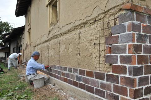 震災で壊れた壁を修復する左官職人
