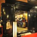 黒漆喰磨き仕上げの重厚な扉
