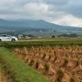 磐梯山を望む田園地帯を行く