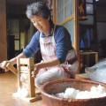 摘み取った綿花の種を取り除く猪俣さん