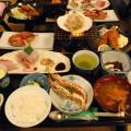 新鮮な海の幸が並ぶ夕膳