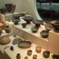 土器、狩具、人骨などの実物を展示している