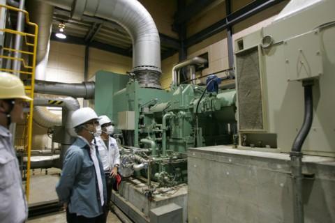 発電所の要、蒸気タービン(奥)と発電ユニット(手前)