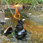 庭に突き出たパイプが燃える不思議