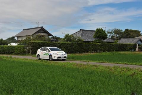 美しい田園を静かに走るプリウスPHV