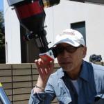 太陽望遠鏡を覗き込む横田さん