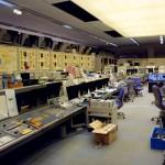 すらりと計器類が並ぶ中央制御室