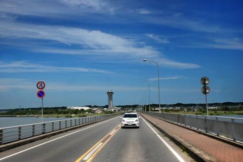 霞ヶ浦大橋を渡るプリウスPHV