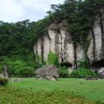 岩がむき出の独特の景観が続く