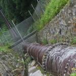 落差のある降水管の水で発電