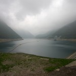 小雨に煙る深山湖(下池)