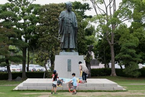 千波湖畔に建つ徳川光圀像