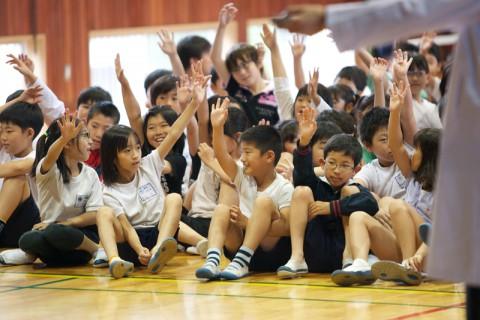エコクイズに答える子供たち