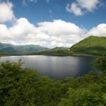 時を経て緑に囲まれた沼原湖