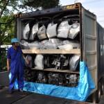 エンジン60基他パーツを満載して輸出される
