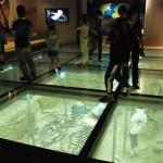 化石発掘ジオラマを上から見せる演出