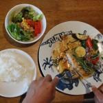 本日のメニューは地産野菜とチキンハーブソテー