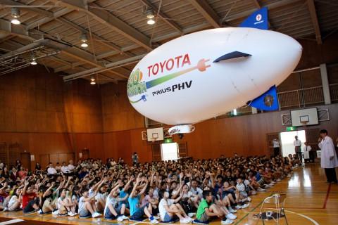 飛行船に大喜びの南小学校の子供たち
