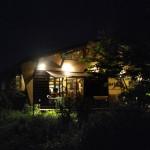 静寂な宵闇に浮かぶレストラン