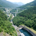 滝沢ダムからループ橋を見渡す