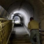エレベータで120m降下した先のトンネル