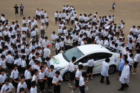 たくさんの生徒に囲まれたプリウスPHV