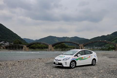 錦帯橋に到着したプリウスPHV