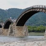 美しいアーチを描く見事な木製橋