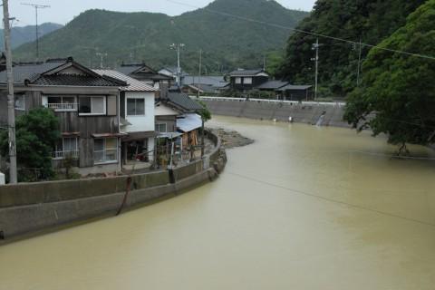 須佐地区を流れる藍場川が氾濫した