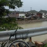 河口から中流域までが泥水に浸かった