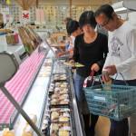 地元食材を使ったお弁当などの加工品も販売している