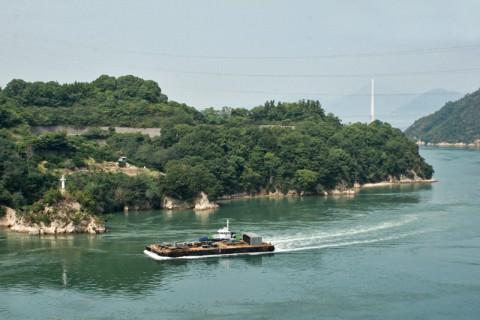 鵜島との海峡を行く船