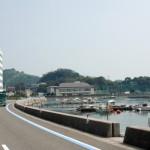 小さな港が見える場所でランチタイム