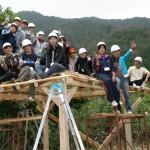 ※家作りに携わるムラ人や学生たち
