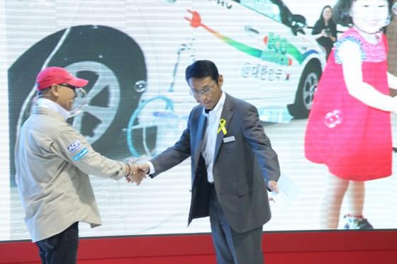 がっちりと握手を交わす吉田社長と横田さん
