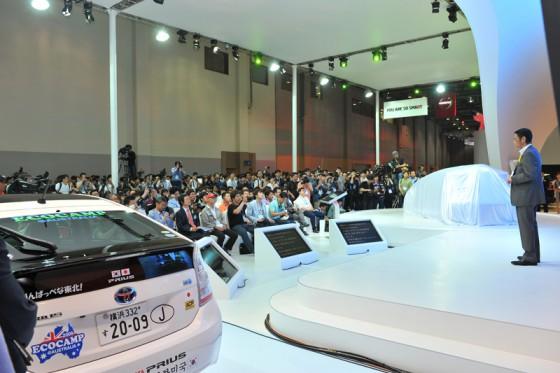 韓国トヨタブースに大勢のプレス関係者が集まった。吉田社長から紹介を受けていよいよチームリーダー横田が登壇する。