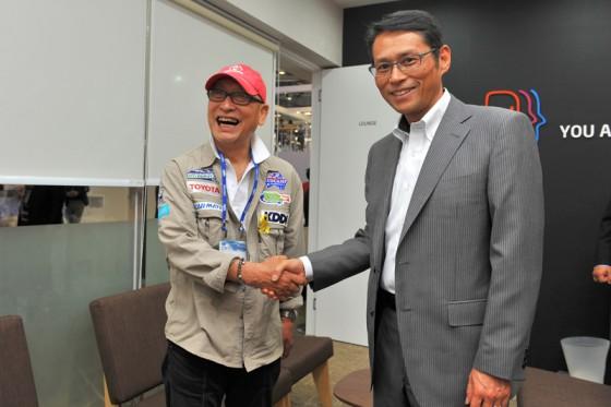 無事にプレゼンテーションを終えてもう一度吉田社長と握手を交わす横田さん