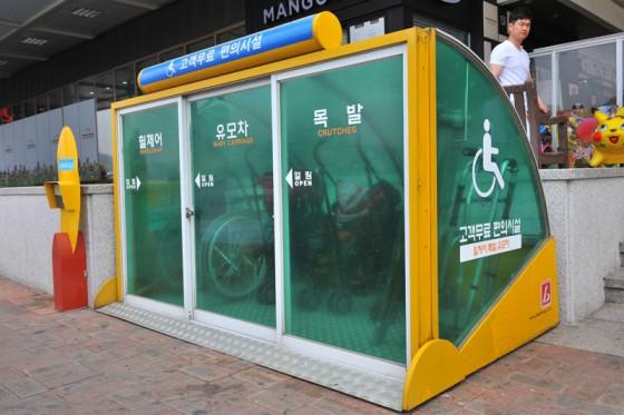 パークングエリアには車いすや松葉杖を貸し出している。年長者を敬う韓国らしい配慮だ。