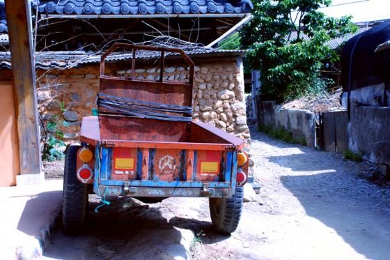 年代物の荷車も現役で活躍している