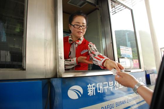 民間企業が運営する大邱-釜山高速道路では職員の制服もカラフルだ